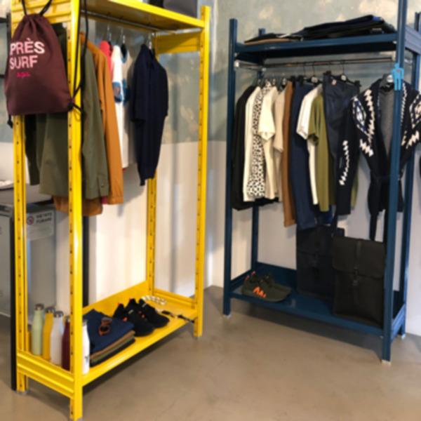 Complementi d'arredo industriali per arredare piccoli e grandi spazi: scaffali ed appenderie